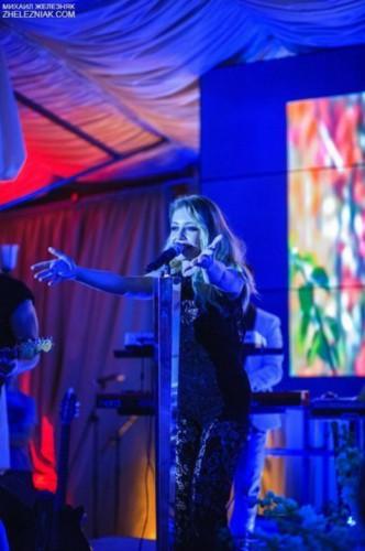 Тина Кароль пришла к работе и спела на свадьбе (фото)
