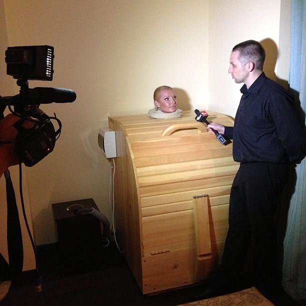 Оголенная Волочкова дала интервью, сидя в бочке (фото)