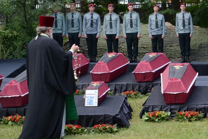 Под Киевом перезахоронили остатки русских бойцов (ФОТО)