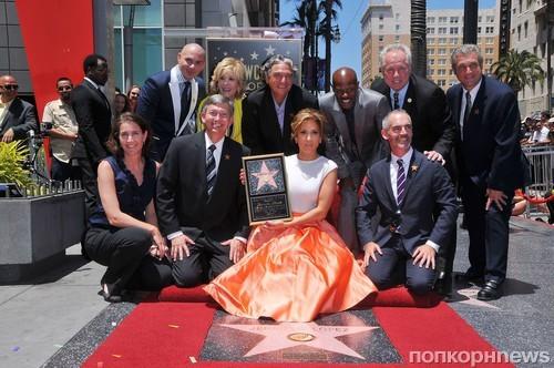 В Голливуде на Улице популярности раскрыли звезду Дженнифер Лопез