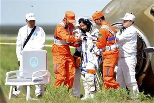 Китайские астронавты пришли на Землю