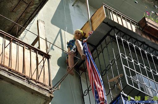 На Одесщине с 5-го этажа 3 дня подряд снимают бабку