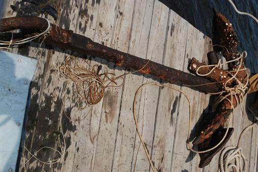 В Запорожье из Днепра поднимают старые якоря
