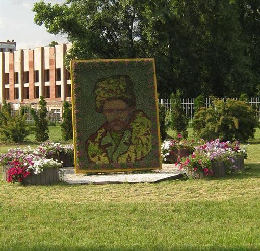 В Киеве из цветов сделали портрет Тараса Актау