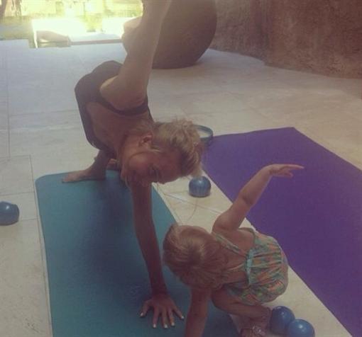 Фотографии  от Глюкозы: голый супруг и гимнастика с детьми