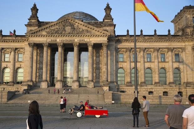 В Берлине путешественников катают по центру на постели