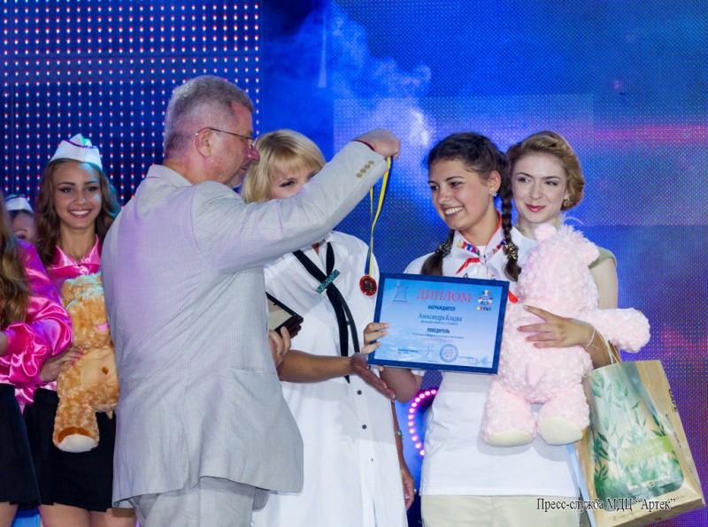 """В """"Артеке"""" звезды вознаградили профессиональных детей-сирот"""