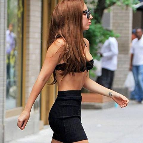 Lady GaGa вышла в люди в одном бюстгальтере (фото)
