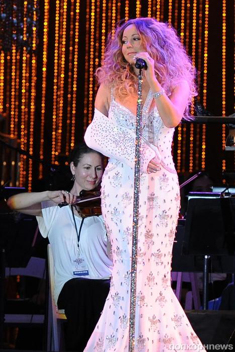 Мэрайя Кэри вышла на сцену с гламурным бандажем (фото)