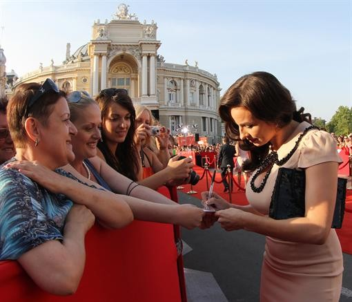 Гошу Куценко засекли в кровати с 3-мя девушками