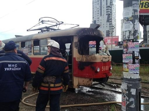 В Киеве на Позняках сгорел трамвай