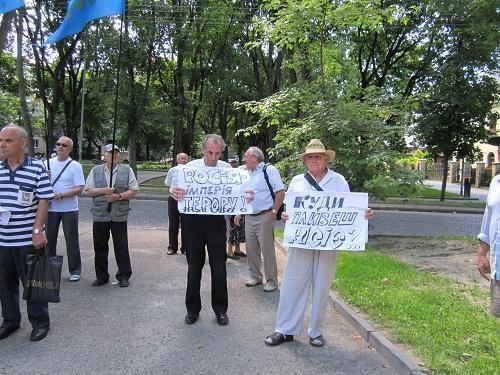 Львовяне митинговали под отечественным представительством