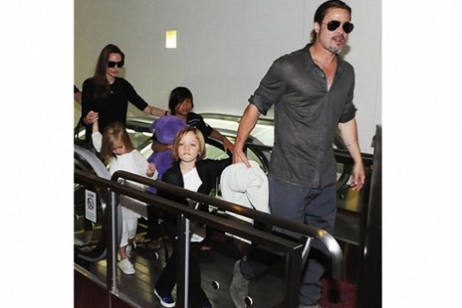 Джоли и Питт доставили в Японию собственных троих детей (фото)
