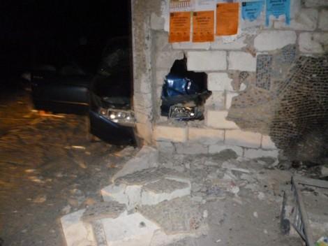 В Крыму машина врезалась в остановку