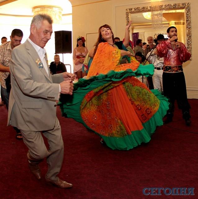Экс-мэр Киева на собственном 75-летнем юбилее танцевал с цыганкой