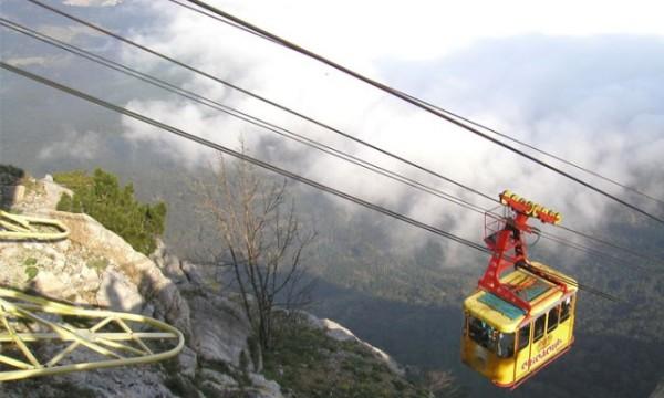 В Крыму вышла из строя веревочная автодорога. 80 человек висят в небе