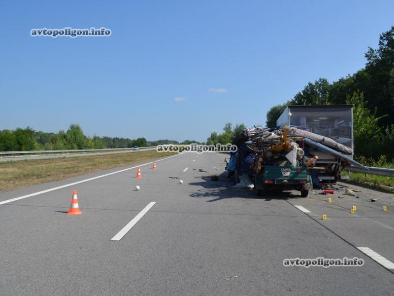 На Харьковщине «Рено» врезался в грузовик. Есть пострадавшие