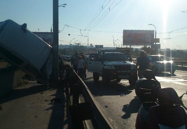 ДТП на Столичном мосту. Автомашина чуть ли не унеслась в Днепр ФОТО