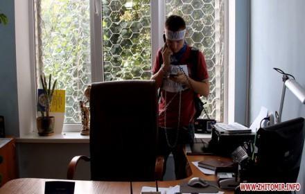 В Житомире молодой человек приковался к батарее в ГМС (ФОТО ВИДЕО)