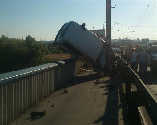 На Столичном мосту перелицованное авто чуть ли не снизилось в Днепр