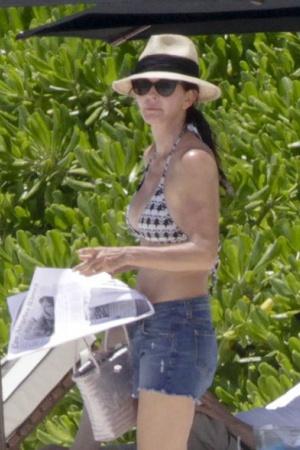 Кортни Кокс оборвала отпуск из-за перелома руки (фото)