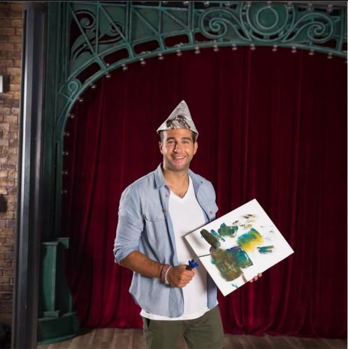 Евгений Ургант сам украшает стенки спаленной студии (фото)