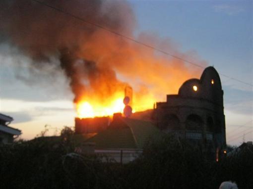 В Донбассе сгорел особняк цыганского барона (ВИДЕО)