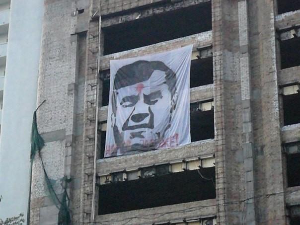 В Киеве был замечен плакат Януковича с точкой на лбу