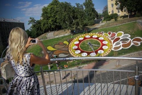 В Киеве посадили громадные часы