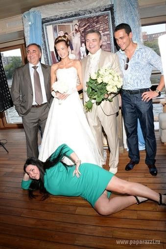 На свадьбе приятеля Лолита сразила посетителей раскованностью