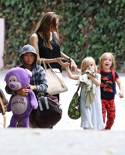 Анджелина Джоли попировала с детьми в Санта-Барбаре