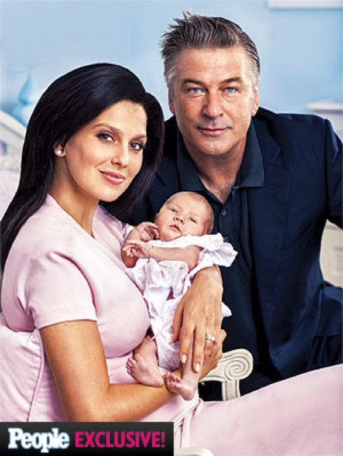 Алек Болдуин продемонстрировал новорожденную дочку Кармен (ФОТО)