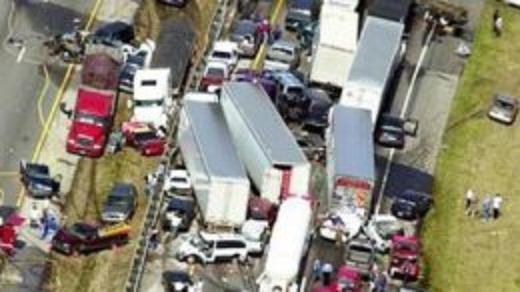 В Великобритании встретились не менее 100 автомашин (ВИДЕО)
