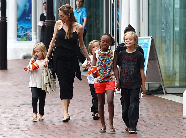 Анджелина Джоли сближала детей в аквариум (ФОТО)