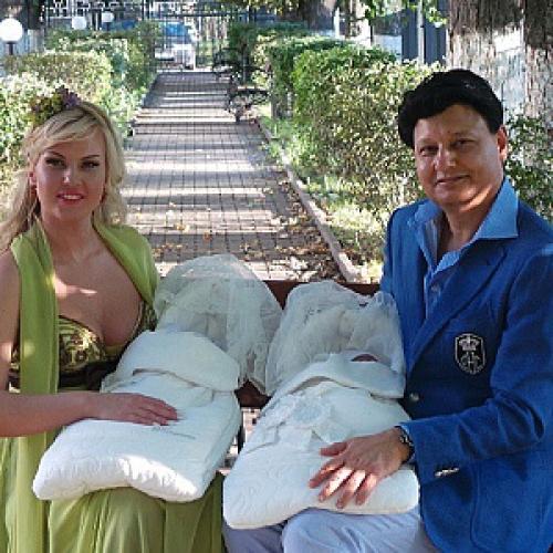 Камалия продемонстрировала новорожденных близняшек