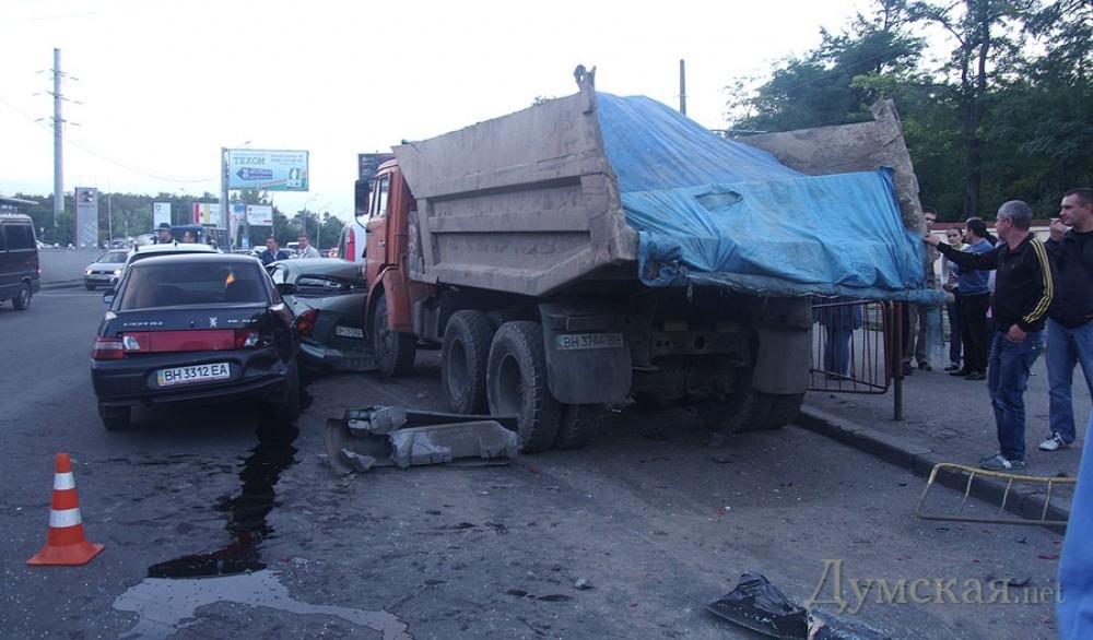 В Одессе КамАЗ примял бока  шестерым легковушкам