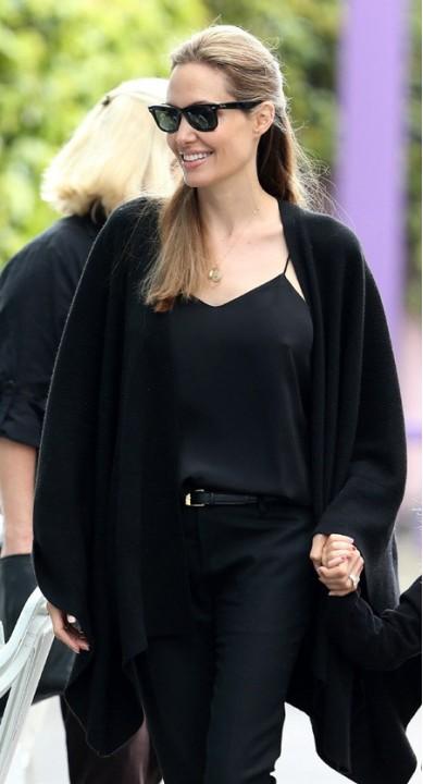 Анджелина Джоли показывает собственную свежую грудь (ФОТО)