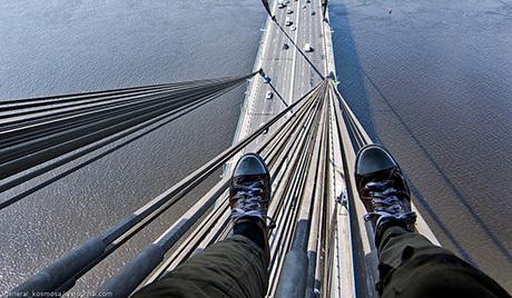 Двое молодых людей забрались на самый топ Столичного моста