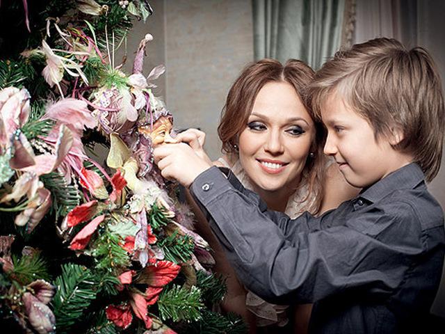 Альбина Джанабаева в первый раз продемонстрировала незаконнорожденного сына Меладзе