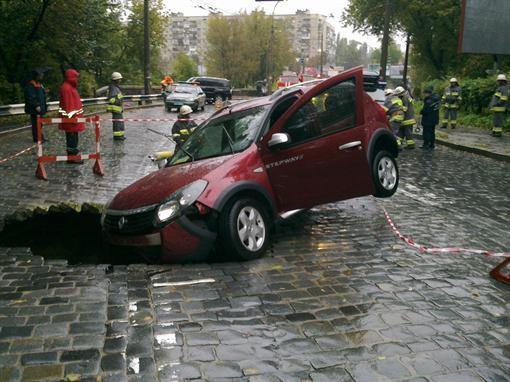 На Подоле авто сорвался в трехметровую яму