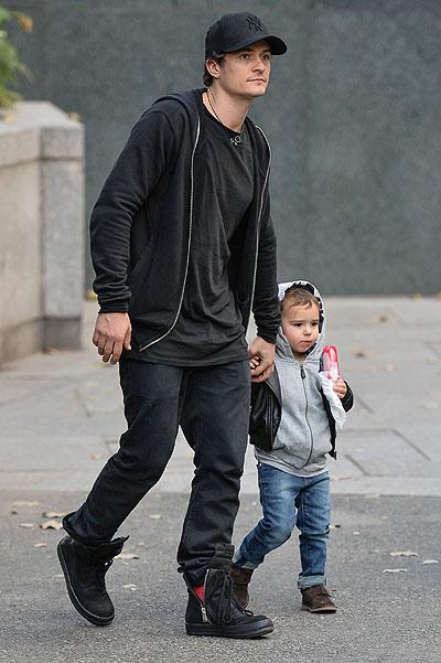 Орландо Блум попировал с сыном в парке (ФОТО)