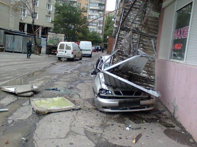В Донецке терраса с 5-го этажа рухнула на Ланос (ФОТО)