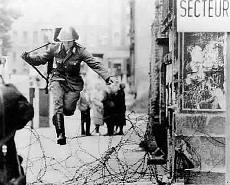 10 наиболее невообразимых побегов из ФРГ через Берлинскую стенку