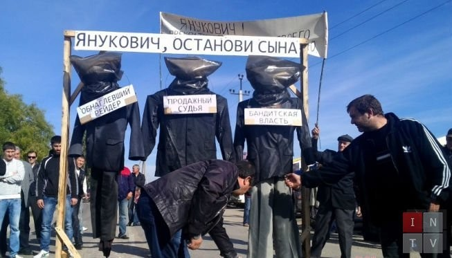 Крымчане вышли с баннером «Янукович, приостанови сына!» (ФОТО)