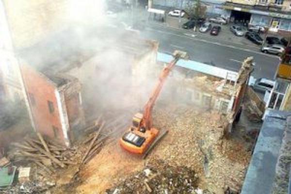 Киевляне разрушили забор вокруг испорченного дома Грушевского