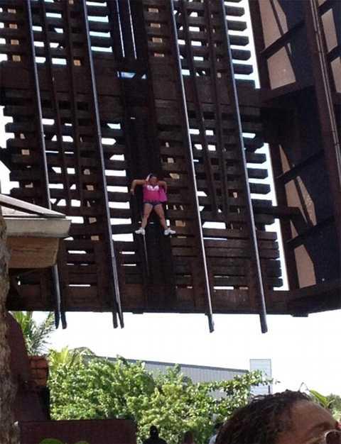 Американка 30 секунд провисела на разводном мосту (ФОТО)