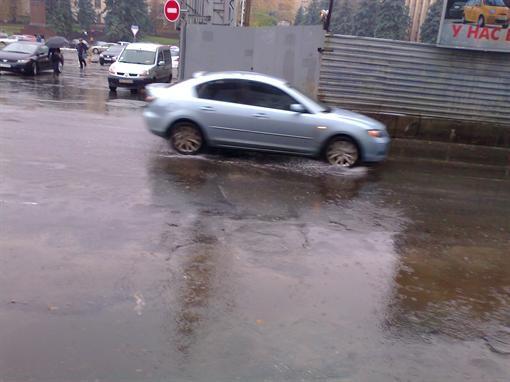 В городе Днепропетровск из-за дождя стоит автотранспорт