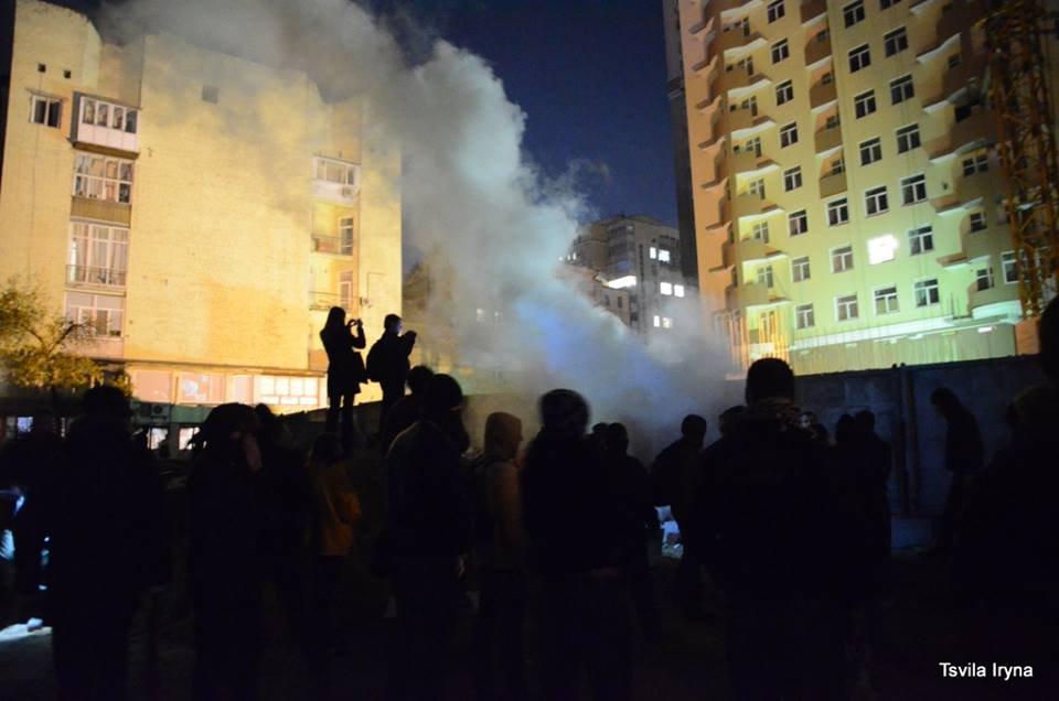 Битва на Жилянской: В ночное время свободовцы разрушили забор (ФОТО)