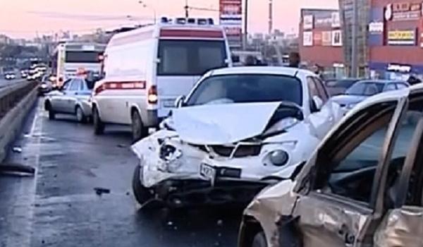 В городе Москва попали в трагедию синхронно около 20 авто