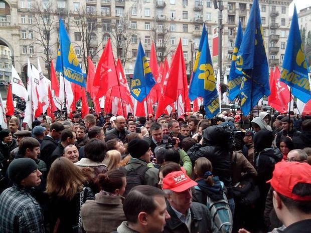 Яценюк, Кличко и Тягнибок стремятся на совещание в Киевсовет